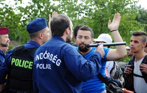 ผู้อพยพหลายร้อยคนฝ่าแนวป้องกันของตำรวจเข้าสู่ประเทศฮังการี