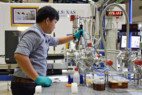 """นักวิจัยโคราชเจ๋ง! ใช้แสงซินโครตรอนพัฒนาแบตเตอรี่ """"ลิเทียม"""" สายพันธุ์ใหม่จอมอึด"""