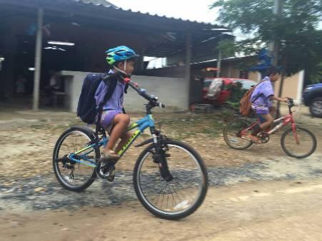 """ยินดีทั่วหน้า! """"น้องทาม"""" ปั่นจักรยานพระราชทานไป ร.ร.วันแรก/บอกจะดูแล-ใช้ให้เกิดประโยชน์สูงสุด"""