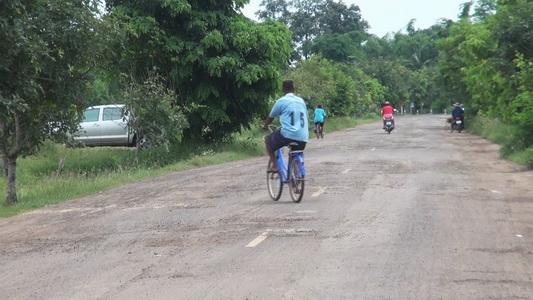 ชาวบ้านโวยถนนพังนานกว่า 5 ปี เมินซ่อมแต่ละวันลุ้นเสี่ยงตาย
