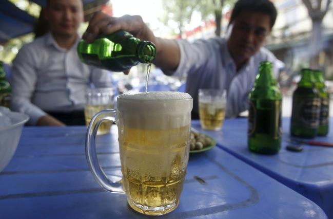 จนท.เวียดนามไม่ดื่มเบียร์ท้องถิ่นโดนจังหวัดส่งหนังสือเตือน-เขียนรายงาน