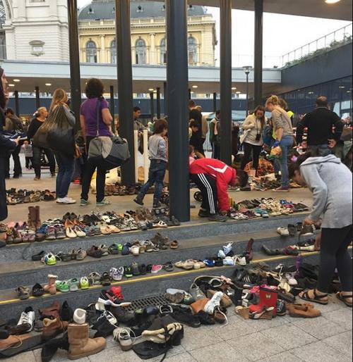 ชาวฮังการีพร้อมใจวางรองเท้าไว้สถานีรถไฟ หวังผู้ลี้ภัยชาวซีเรียจะไม่ต้องเดินเท้าเปล่า