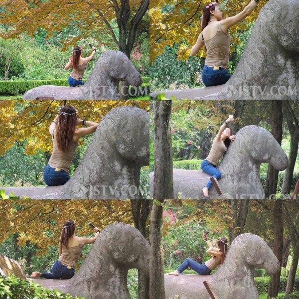 หญิงสาวขึ้นไปนั่งถ่ายเซลฟีบนรูปปั้นโบราณอายุกว่า 600 ปี ก่อนโพสต์ภาพลงโซเชียลมีเดียจนสร้างเสียงวิจารณ์ความไม่เหมาะสม (ภาพ สื่อจีน)
