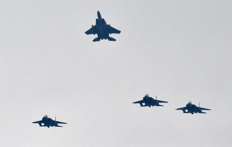 (แฟ้มภาพ) เครื่องบินขับไล่ F-15 ของกองกำลังป้องกันตนเองทางอากาศญี่ปุ่น บินอยู่เหนือฐานทัพฮยาคุริในเมืองโอมิตามะ จ.อิบารากิ เมื่อวันที่ 26 ต.ค. 2014 ขณะที่เครื่องบินเข้าสกัดเครื่องบินขับไล่ต่างชาติ 4 ลำ ซึ่งเชื่อว่า เป็นของรัสเซีย ที่รุกล้ำน่านฟ้าช่วงสั้นๆ เมื่อบ่ายวันอังคาร (15 ก.ย.)