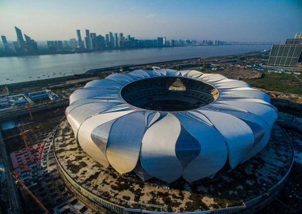 """ภาพสนามกีฬา """"หังโจว โอลิมปิค เซ็นเตอร์"""" (Hangzhou Olympic Centre) ซึ่งอยู่ระหว่างการก่อสร้าง (ภาพซินหวา)"""