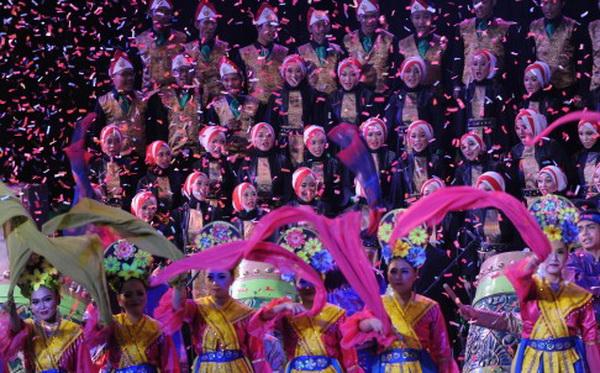 นักแสดงกำลังฝึกซ้อมเพื่อแสดงในการแข่งขันกีฬาเอเชี่ยนเกมส์ พ.ศ. 2561 ซึ่งจะจัดขึ้นที่กรุงจากาตาร์ ประเทศอินโดนีเซีย หลังจากนั้นจะถูกจัดขึ้นอีกครั้งที่เมืองหังโจว มณฑลเจ้อเจียงในปี พ.ศ. 2565 (ภาพซินหวา)