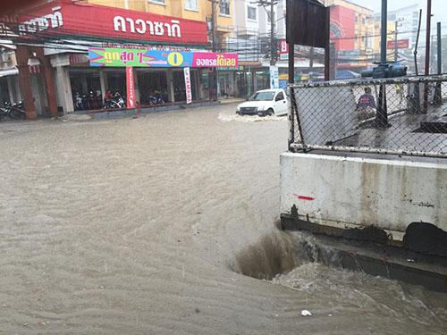 พัทยายังไม่พ้นวิกฤตหลังพายุฝนพัดกระหน่ำต่อเนื่อง พร้อมตั้งศูนย์ช่วยเหลือผู้ประสบภัย