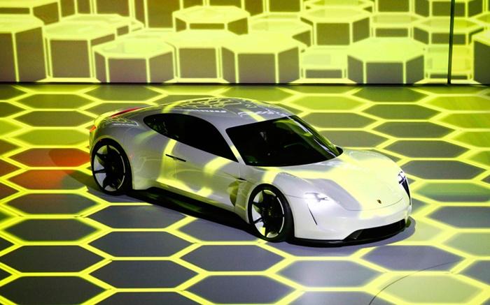 """ยานยนต์ไฟฟ้า """"Porsche Mission E"""" รุ่นต้นแบบถูกนำมาเปิดตัว  ณ  มหกรรมแสดงยานยนต์นานาชาติ     """"Frankfurt Motor Show"""" ที่นครแฟรงค์เฟิร์ต เยอรมนี"""