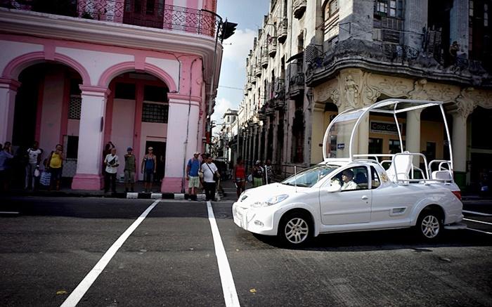 """Popemobile"" ยานพาหนะส่วนพระองค์ของสมเด็จพระสันตะปาปา    ถูกนำมาแล่นทดสอบบนท้องถนนในกรุงฮาวานาของคิวบา ก่อนถึงกำหนดการเสด็จเยือนของสมเด็จพระสันตะปาปาฟรานซิสระหว่าง 19 – 22 กันยายนนี้"