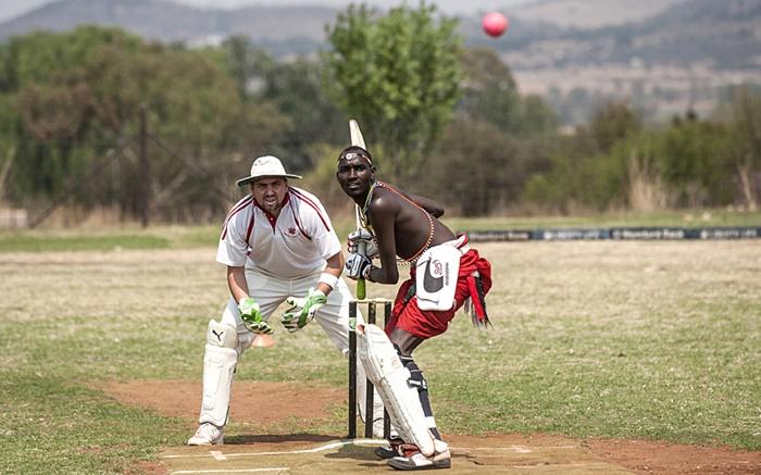 ผู้เล่นซึ่งเป็นสมาชิกชนเผ่ามาไซจากเคนยา  ถูกบันทึกภาพขณะลงแข่งขันกีฬาคริกเก็ตการกุศล   ที่ประเทศแอฟริกาใต้เพื่อช่วยหาเงินรายได้มาใช้ในการรณรงค์ต่อต้านการล่าแรด       หลังจากในปี 2014 ที่ผ่านมา แอฟริกาใต้มีสถิติแรดถูกล่าโดยขบวนการลักลอบล่าสัตว์สูงเป็นประวัติการณ์ถึง 1,215  ตัว