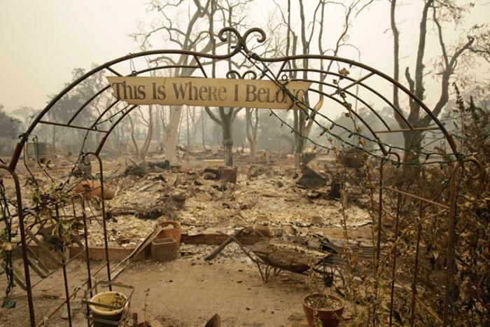 แผ่นป้ายกับข้อความชวนสะท้อนใจถูกพบอยู่บริเวณทางเข้าของบ้านหลังหนึ่ง   ซึ่งถูกไฟป่าเผาจนวอดที่เมืองมิดเดิลทาวน์ มลรัฐแคลิฟอร์เนีย
