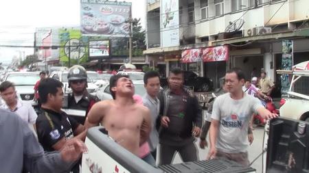 หวิดวุ่น! หนุ่มคลุ้มคลั่งจอดรถขวางแยกไฟแดงคาดเมายาบ้า