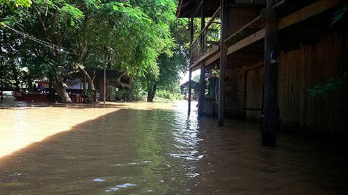 น้ำทะลักเข้าท่วมชุมชนตลาดเก่ากบินทร์แล้ว