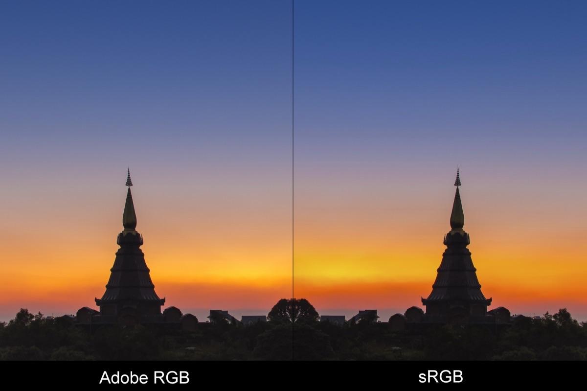 ตัวอย่างภาพถ่ายเปรียบเทียบระหว่างภาพที่ถ่ายด้วยโหมดสี Adobe RGB กับ sRGB ซึ่งจะสังเกตเห็นโทนสีบริเวณท้องฟ้าที่มีการไล่โทนสีของโหมดสี Adobe RGB ได้เนียนกว่า sRGB อย่างเห็นได้ชัด โดยโหมดสี sRGB จะมีโทนสีที่สดกว่าเล็กน้อย