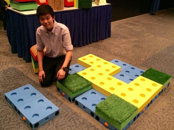 ตัวต่อ 1 ชุดประกอบด้วยแผ่นวัสดุทรงสี่เหลี่ยมจตุรัสจำนวน 40 ชิ้น เหมาะทั้งเล่นคนเดียวและเล่นเป็นกลุ่ม