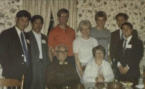 สี จิ้นผิง (ซ้ายสุด) ในฐานะเจ้าหน้าที่รัฐที่เดินทางเยือนสหรัฐฯ เมื่อ 30 ปีก่อน