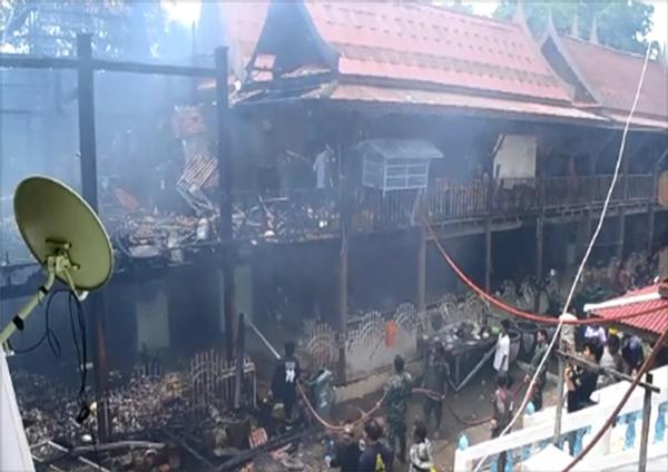 เพลิงไหม้กุฎิเก่าวัดลาดชะโด เสียหาย 8 ห้องกว่า 2 ล้านบาท