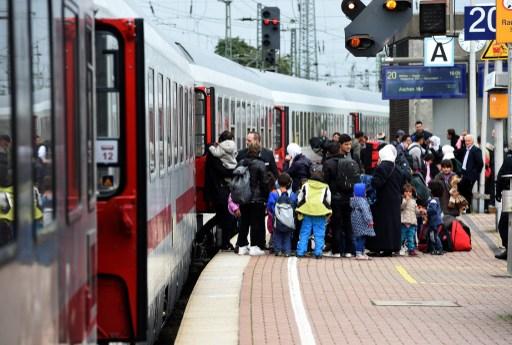 """บริษัทรถไฟเมืองเบียร์ """"ดอยช์ บาห์น"""" ระงับเส้นทางเชื่อมออสเตรีย-ฮังการี หวังคุมผู้อพยพ"""