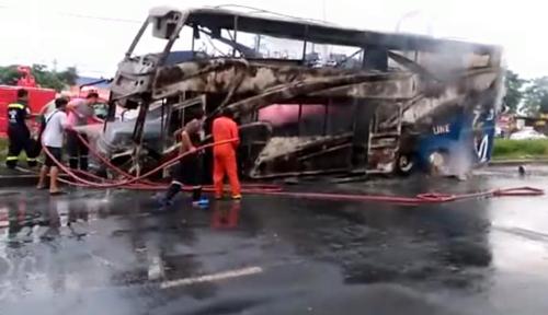 รถบัส 2 ชั้นยางระเบิดชนเกาะกลางเส้นราชพฤกษ์ ไฟลุกท่วมคลอกภรรยาโชเฟอร์ดับ