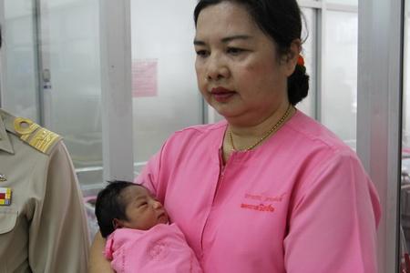 ทารกชายอายุ 2 วันถูกทิ้งหลังคลอด คนใจบุญแห่ขอเลี้ยงแล้ว 2 ราย