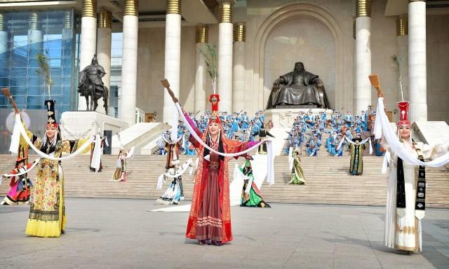 คณะนักเต้นระบำและนักดนตรีกำลังทำการแสดงที่จัตุรัสสุคบาตาร์ด้านหน้าอนุสาวรีย์กุบไล่ข่านหน้าอาคารรัฐสภาในพิธีเปิดงานเฉลิมฉลองครบรอบวันประสูติ 800 ปีของพระองค์ ณ กรุงอูลานบาตอร์ เมื่อวันที่ 15 ก.ย. ที่มา : www.infomongolia.com