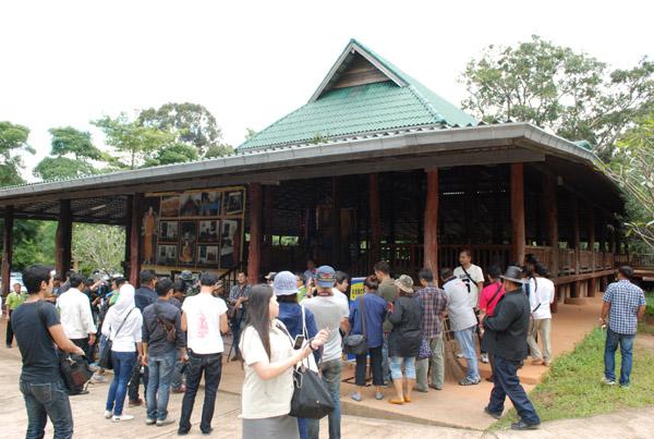 เจ้าหน้าที่นำคณะสื่อมวลชน เข้าตรวจสอบพื้นที่วัดป่าภูผาสูง ตั้งอยู่บนยอดเขาในเขตป่าสงวนแห่งชาติป่าเขาปากช่อง และป่าหมูสี บ้านดงมะไฟ ต.มะเกลือใหม่ อ.สูงเนิน จ.นครราชสีมา วันนี้ ( 23 ก.ย.)