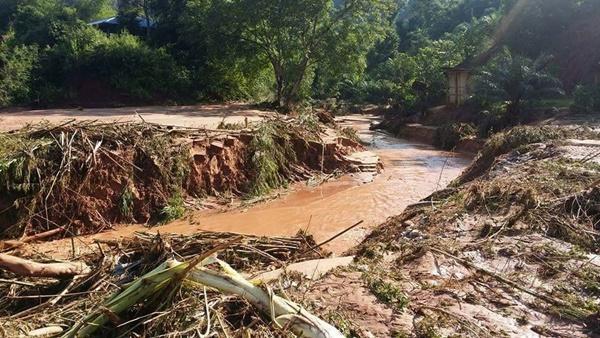 เคลียร์ซาก! ชาวนครไทยออกเก็บกวาดบ้านเรือนหลังโดนน้ำป่า-ทะเลโคลนถล่ม