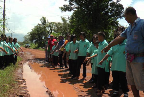 ชาวบุรีรัมย์สุดทน! ร้องถนนเชื่อมหมู่บ้านชำรุดเดือดร้อนมากว่า 60 ปี ไร้เหลียวแล