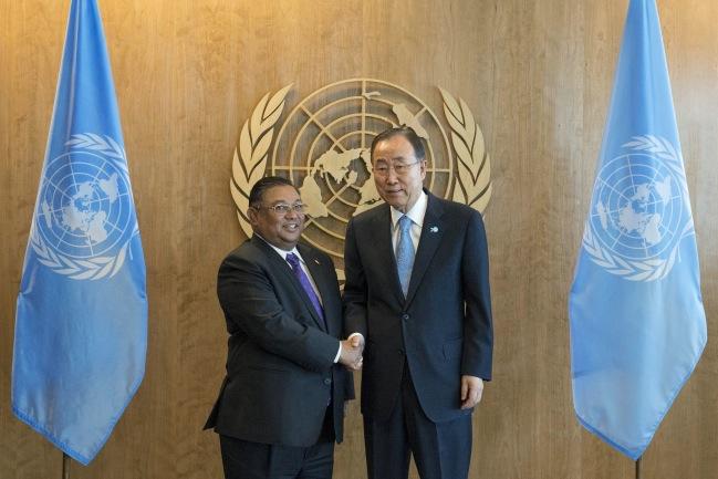 <br><FONT color=#000033>บัน คี-มูน เลขาธิการสหประชาชาติ (ขวา) สัมผัสมือกับวันนา หม่อง ละวิน รัฐมนตรีกระทรวงการต่างประเทศพม่า ก่อนร่วมการประชุมสมัชชาสหประชาชาติ ที่สำนักงานใหญ่สหประชาชาติ ในนครนิวยอร์ก วันที่ 24 ก.ย.--Reuters/Darren Ornitz.</font></b>