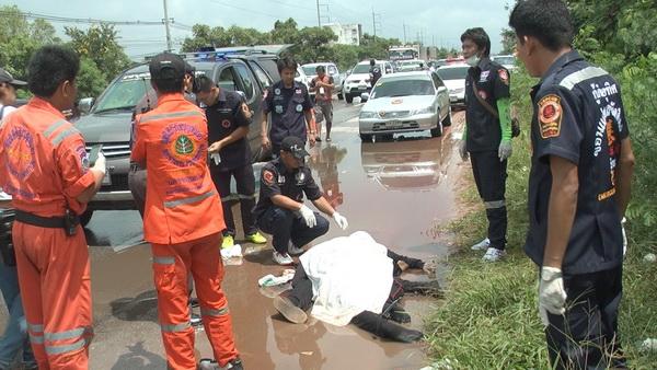 กระบะหักหลบพุ่งข้ามเกาะชนจักรยานยนต์ดับคาที่ 2 ศพ(ชมคลิป)