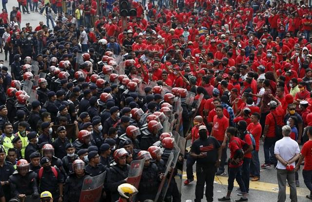 """ภาพจากแฟ้มถ่ายเมื่อวันที่ 16 กันยายน 2015 ขณะตำรวจปราบจลาจลของมาเลเซีย คอยป้องกันกลุ่มผู้ชุมนุม """"เสื้อแดง"""" ไม่ให้บุกเข้าไปในเขตไชน่าทาวน์ ของกรุงกัวลาลัมเปอร์"""