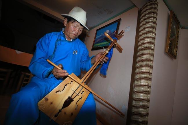 morin khuur หรือซอสองสาย นับเครื่องดนตรีประจำชาติของชาวมองโกล  ความพิเศษของมันอยู่ที่ใช้ขนหางม้ามาทำเป็นสายและที่สี