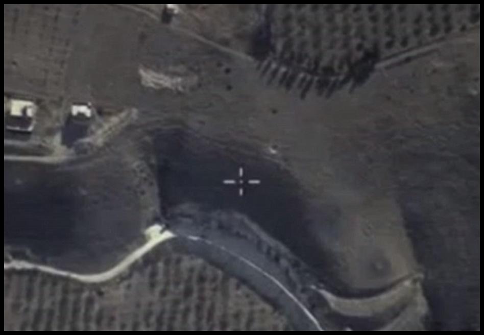 ภาพถ่ายทางอากาศแสดงการมาร์กจุดเป้าหมายของเครื่องบินรบระเบิด Sukhoi Su-24  ในปฎิบัติการโจมตีทางอากาศครั้งแรกของรัสเซียในซีเรีย เผยแพร่โดยกระทรวงกลาโหมรัสเซีย