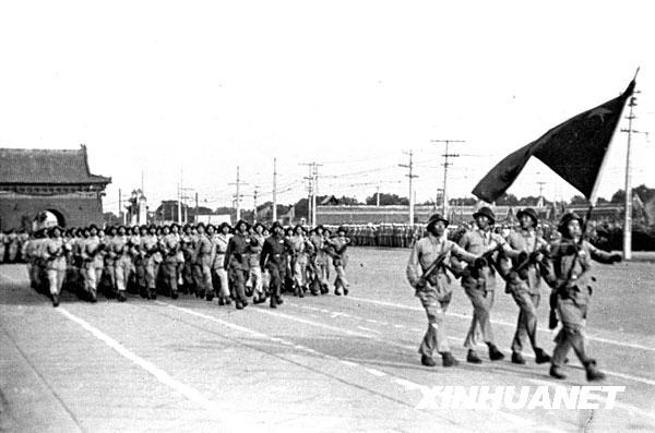 กองทัพปลดแอกประชาชนจีน (Peoples Liberation Army หรือ PLA) กองทหารราบเดินขบวนตรวจพลสวนสนามอย่างพร้อมเพรียงกัน