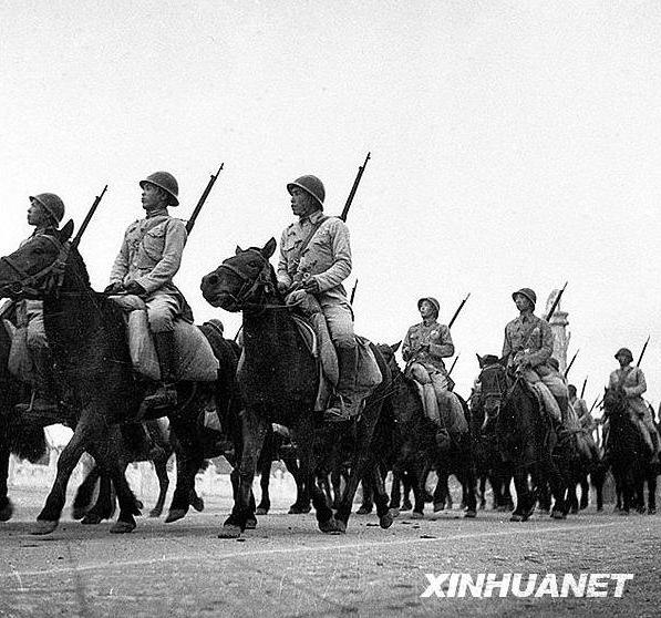กองทหารม้ามุ่งหน้าไปเข้าร่วมพิธีตรวจพลสวนสนาม