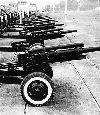 """ปืนยิงสลุตเสียงดังสนั่น 28 นัด เสียงดัง """"บึ้ม...บึ้ม....บึ้ม...."""" สนั่นลั่นฟ้า และดังก้องในหัวใจของประชาชนชาวจีน"""