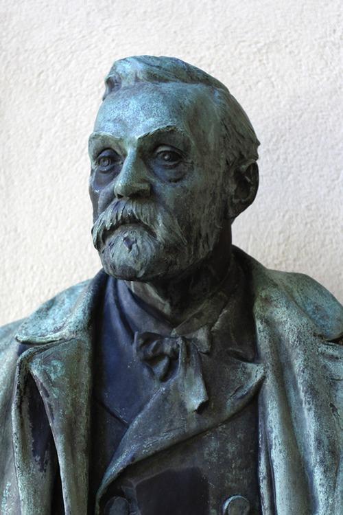 รูปหล่อของ อัลเฟร็ด โนเบล (Alfred Nobel) ผู้ก่อตั้งรางวัลโนเบล (AFP PHOTO / JONATHAN NACKSTRAND)