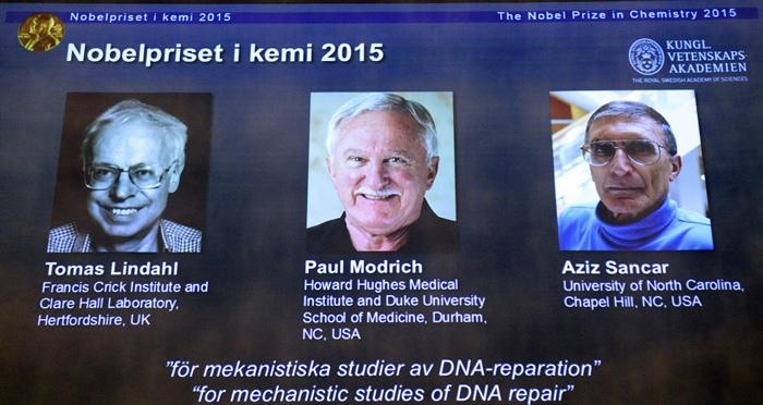 โทมัส ลินดาห์ล (Tomas Lindahl) สหราชอาณาจักร, พอล มอดริช (Paul Modrich) สหรัฐฯ และ อาซิซ สแกนคาร์ (Aziz Sancar) สหรัฐฯ (AFP PHOTO / JONATHAN NACKSTRAND)
