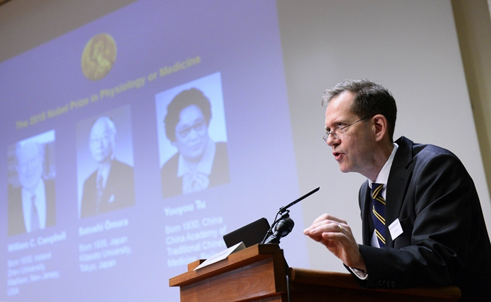 เออร์บัน เลนดาห์ล (Urban Lendahl) เลขาธิการคณะกรรมการรางวัลโนเบลสาขาสรีรศาสตร์หรือการแพทย์ ระหว่างแถลงข่าวประกาศผลรางวัลประจำปี 2015 เมื่อวันที่ 5 ต.ค.2015 ณ สถาบันแคโรลินสกา (Karolinska Institute) สตอกโฮล์ม สวีเดน (AFP PHOTO / JONATHAN NACKSTRAND)