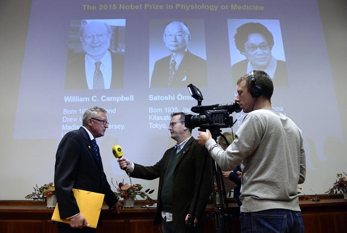 ฮันส์ ฟอร์สเบิร์ก (Hans Forssberg) สมาชิกคณะกรรมการรางวัลโนเบล ให้สัมภาษณ์หลังการแถลงข่าวประกาศผลรางวัลโนเบลสาขาสรีรศาสตร์หรือการแพทย์ ประจำปี 2015 เมื่อ 5 ต.ค.2015 ณ สถาบันแคโรลินสกา (Karolinska Institute) สตอกโฮล์ม สวีเดน (AFP PHOTO / JONATHAN NACKSTRAND)