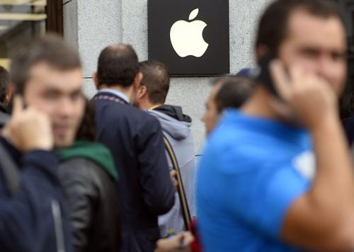 UK spies can hack smartphones: Snowden