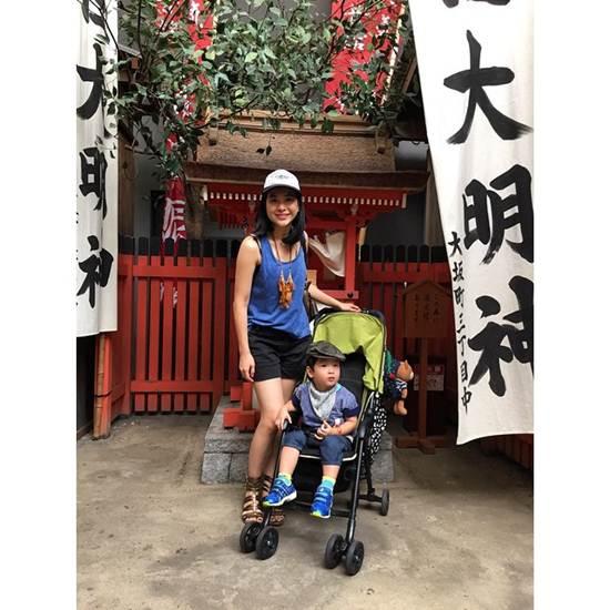 พอลลีน ล่ำซำ และน้องโรจน์ลูกชาย ในชุดสบายๆ ตอนเที่ยวญี่ปุ่น