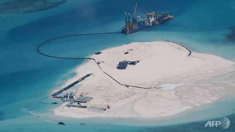 โครงการก่อสร้างของจีนบนเกาะปะการังคัวเตอรอน (Cuateron Reef) ซึ่งเป็นส่วนหนึ่งของหมู่เกาะสแปรตลีย์