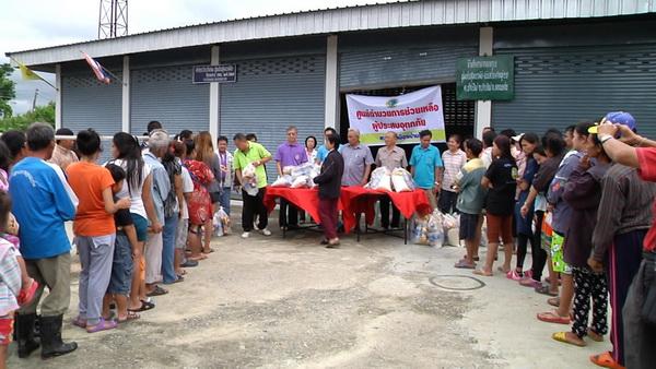 หลายหน่วยงานเร่งให้ความช่วยเหลือประชาชนในพื้นที่อ.บ้านไผ่ ที่เดือดร้อนจากภัยน้ำท่วม