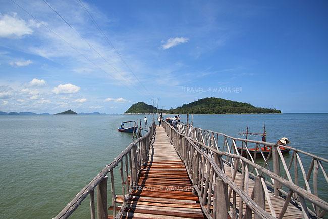 สะพานไม้สู่ท่าเรือไปยังเกาะพิทักษ์