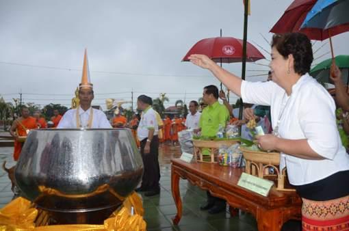 """""""คนเมืองกล้วยไข่"""" หลั่งไหลทำบุญข้าวต้มลูกโยนใส่บาตรยักษ์วันสารทไทย"""