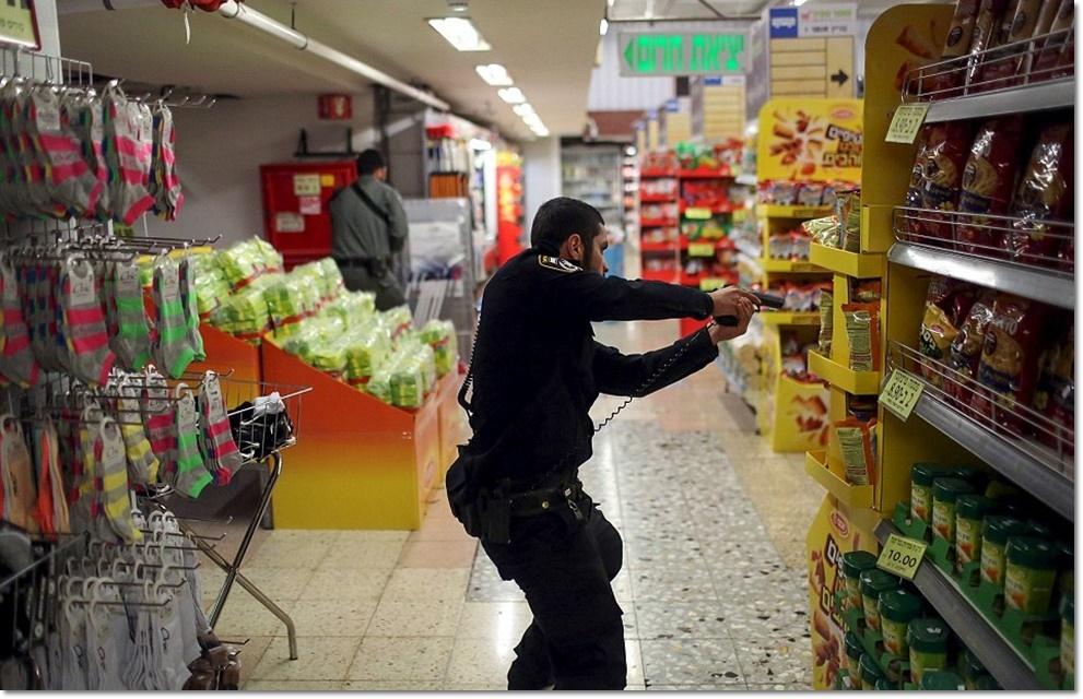 In Pics :  สุดระทึก!! ตำรวจยิวพร้อมไรเฟิลบุกเข้าซุปเปอร์มาร์เก็ตเยรูซาเล็ม หลังมือมีดปาเลสไตน์เชือดหญิงชราวัย 70