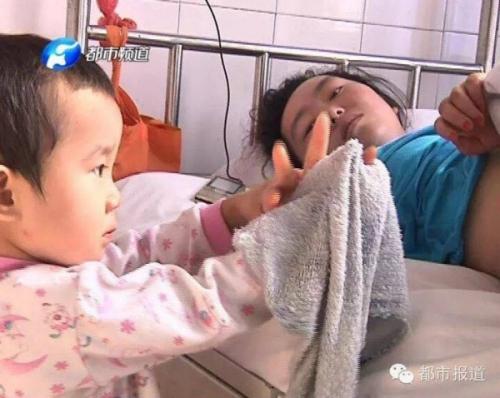 ชาวจีนน้ำตาซึม เด็กหญิง 3 ขวบ แบกภาระดูแลแม่เจ็บหนักจากเหตุชนแล้วหนี (ชมภาพ)