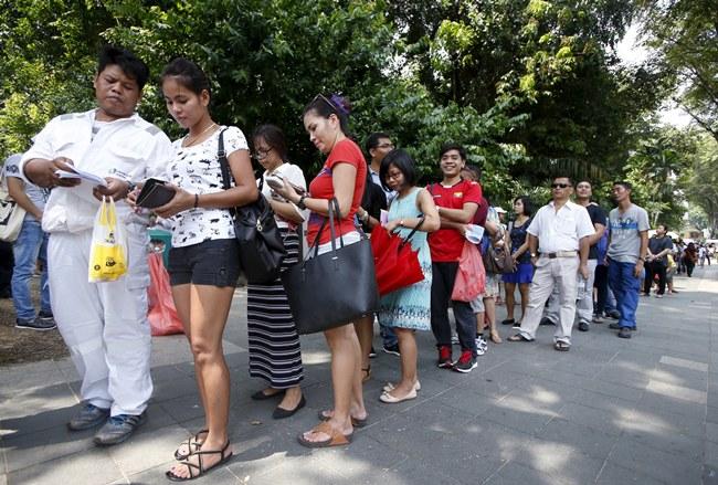 ชาวพม่าในสิงคโปร์คึกคักออกมาต่อแถวใช้สิทธิเลือกตั้งล่วงหน้า