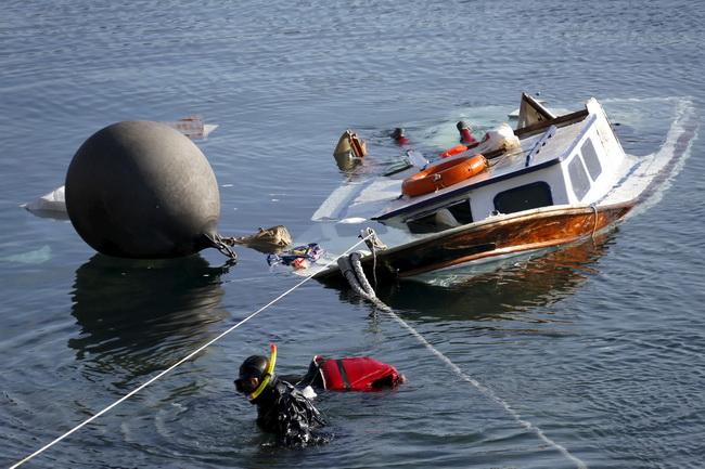 In Pics : ภาพสลด! เรือยามชายฝั่งกรีซชนเรือผู้อพยพอับปางกลางทะเล เด็กจมน้ำตายหลายศพ